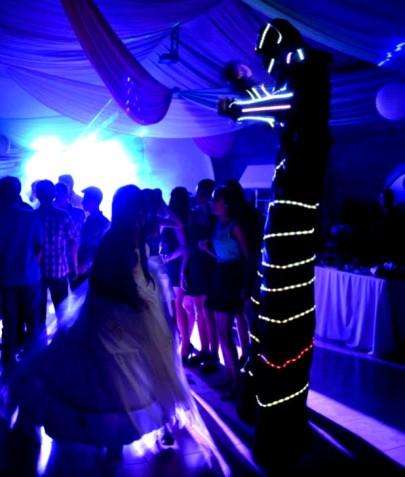 robot en zancos con luces uruguay